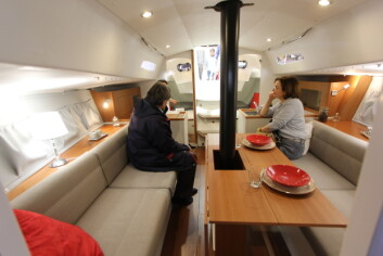 ENKEL: J/Boats har kopiert Jeanneau har flyyet wc frem i forpiggen, og to køyer på hver sin side bak.