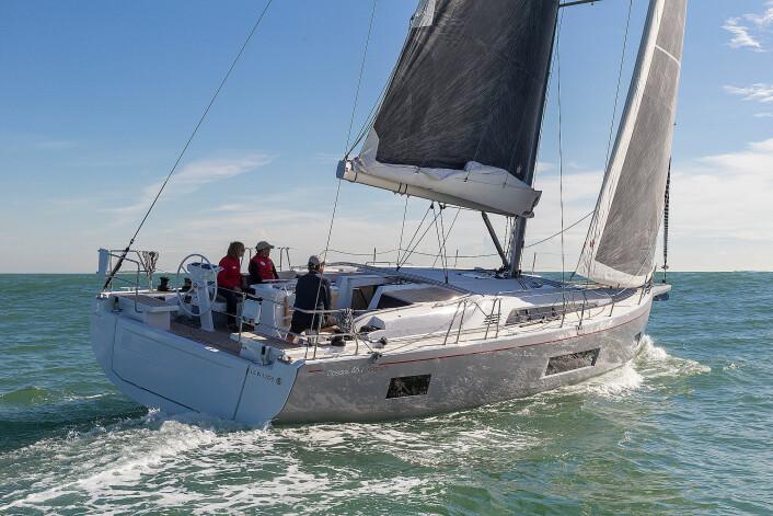 RASK: Oceanis 46.1 i First-line-utgave ble testet i Spania. Modellen har høyere mast og bedre dekksutstyr.