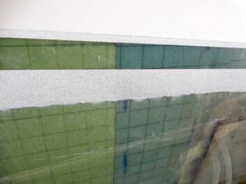 KVALITET: Det brukes gjerne transperent gelcoat under vannlinjen med vakuumstøp for å enklere ha kontroll med støpingen. Her fra produksjonen av Moore 55.