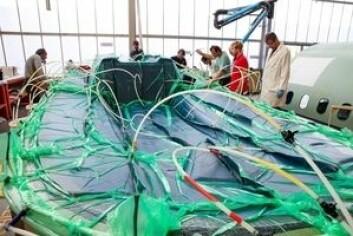 STØP: Den nye seilbåten er produsert etter en metode som setter store krav til bindemiddelet. Dette føres inn i laminatet gjennom slanger ved hjelp av vakuum.