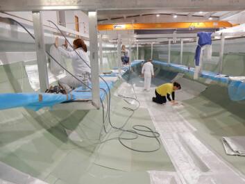 GLASSFIBER: Med vakuumstøp leges all glassfiberen opp tørt. Så dekkes formen med plast, og luften suges ut. Så tilsettes bindemiddelet som holder glassfiberen sammen. Teknikken gjør det mulig å benytte ...