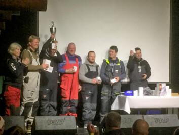 MANNSKAP: Et entusiastisk mannskap fra «Promineo Racing» mottar premiene sine, inkludert vandrepokal.