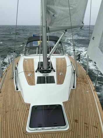 PÅ VEI: Bilde av nyheten tatt på vei mot Tyskland. Båten får en ny rigg med overvantet satt ut til borde. Det gjør det umulig med genua.