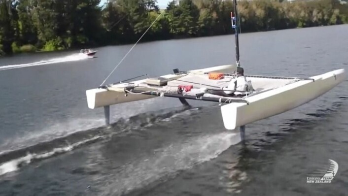 FOILING: Etter å ha testet ulike foiler, fløy testbåten stabilt.