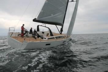 REN: Det er ikke mye å snuble av på dekk. Alet er ført under dekk. Båten har kun fire vinsjer, alle tilgjenglig for rormann.