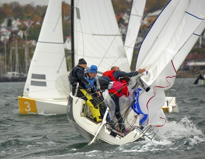 KIWI DROP: Det er i prinsippet alltid enklest å berge gennakeren i lo i en J/70. Her har båten til lo kommet til merket med styrbords halser og foretatt en perfekt «kiwi-drop» av spinnakeren i rundingen.