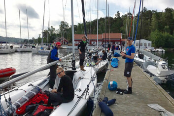 FØR START: De siste forberedelsene før regattastart er i gang ved bryggene utenfor Hankø Yacht Club.
