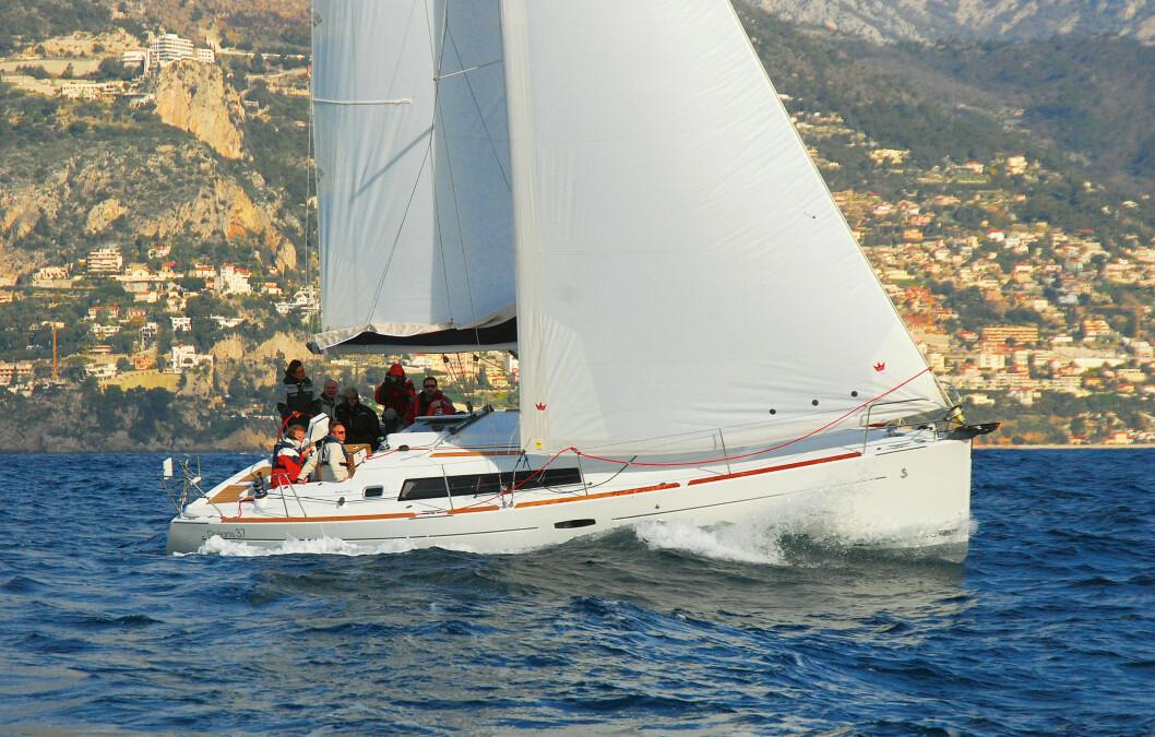 I?MONACO: Båten har som Bavaria polyesterfall som strekker seg og stadig må etterstrammes.