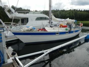 SOLID: Jeneten seiler en Hallberg-Rassy 312 som har vært på langtur før. Båten er utstyrt med solide griperekker og stigtrinn i masten.