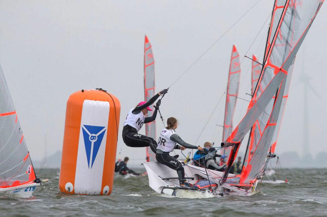 TOSIFRET: Emilie Dahl Andersen og Maren Edland er best av de norske seilerne og seiler for en plass i gullfinalen i dag.
