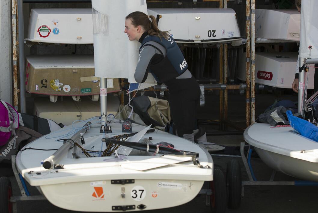 PÅ LAND: Caroline Rosmo kunne gjerne tilbrakt hele VMs andre dag på land. Syv timer på vannet resulterte ikke i noen seilaser.