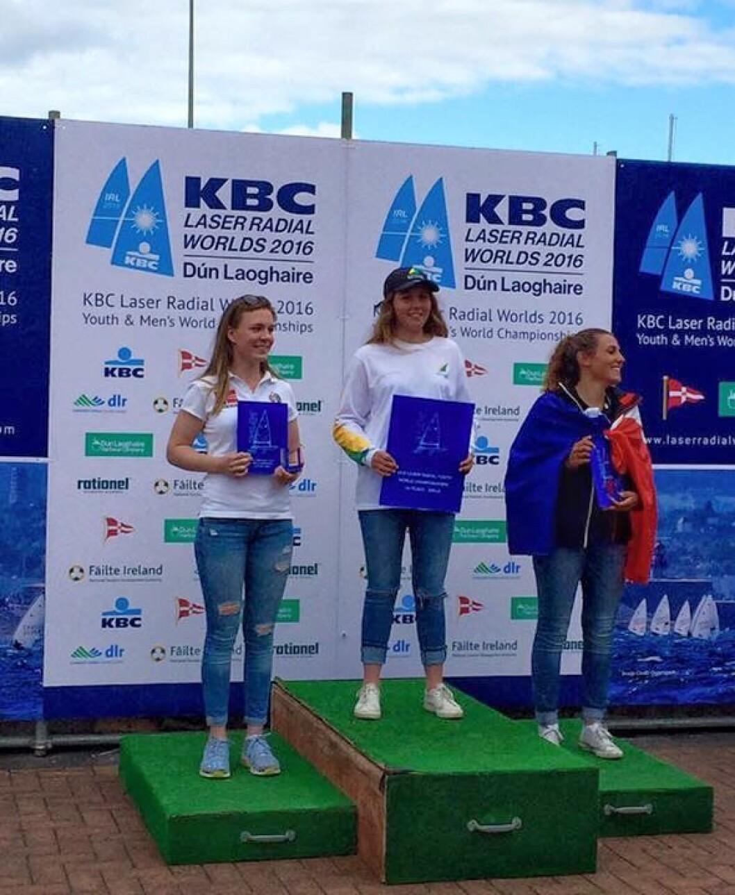 SØLV: Caroline Rosme (t.v.) tok sølv i ungdom-VM i Laser Radial. På toppen står Zoe Thomson fra Australia, mens Louise Cervera fra Frankrike tok bronse.