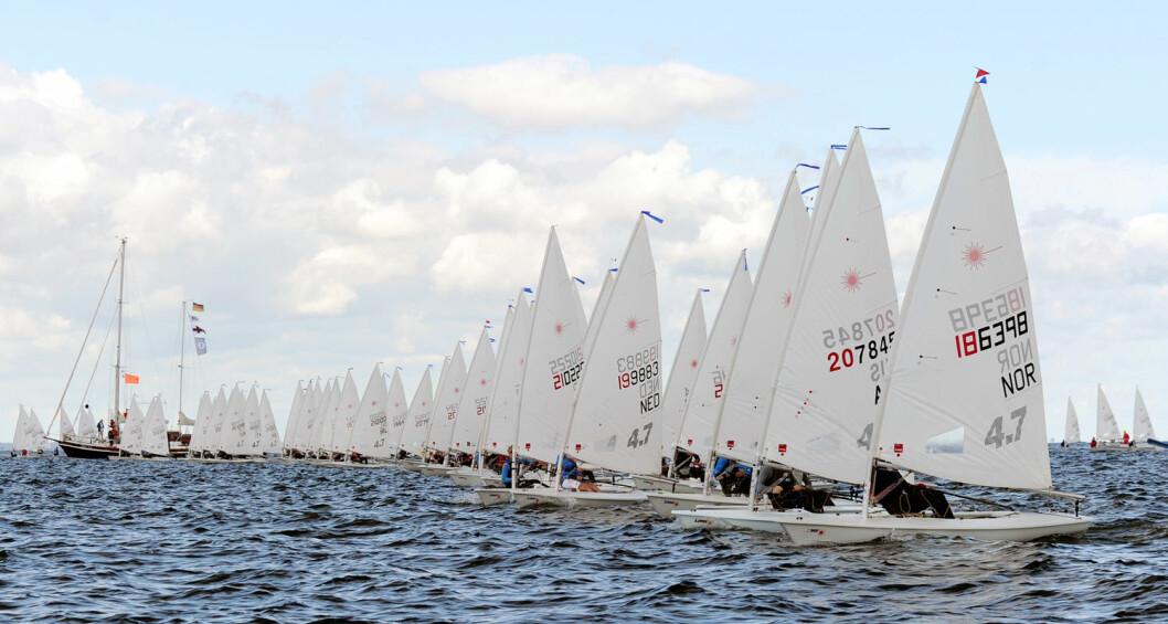 MANGE DELTAGERE: Hele 384 seilere deltar i ungdommens Laser 4.7-VM i Kiel. Tobias Bakke ligger lengst i le i et av sine startfelt.