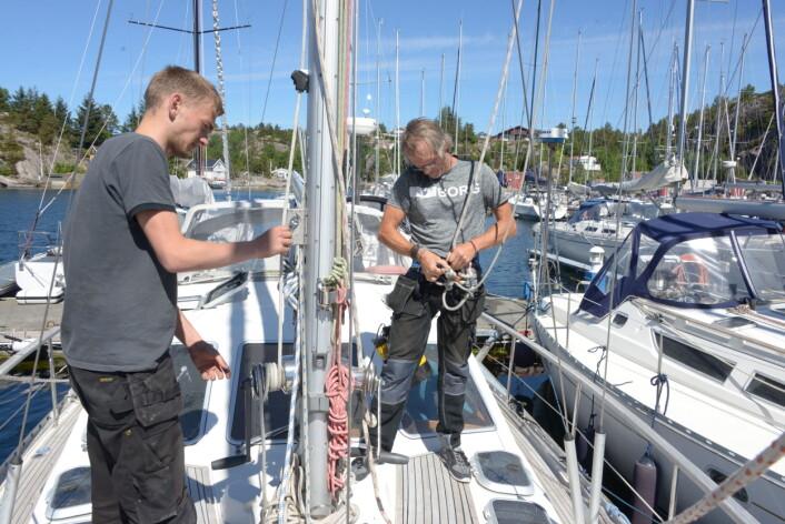 SIKRING: To fall brukes for å sikre André Sannes når han skal opp i masten. Lærling Christian Iversen til venstre.