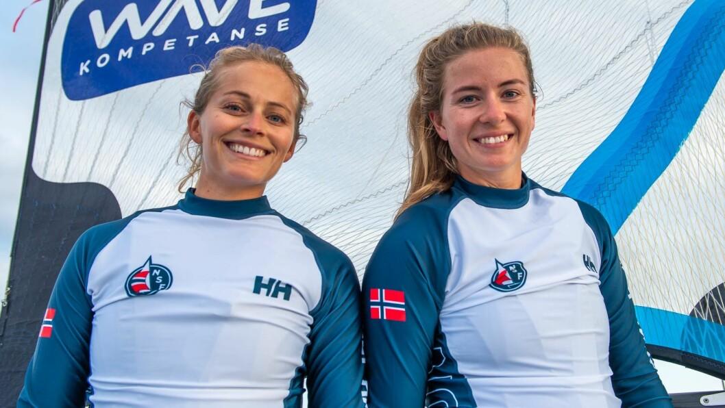 IMPONERER: Helene Næss og Marie Rønningen har seilt imponerende under vanskelige forhold. De to er de jevneste i toppen i 49er FX-klassen.