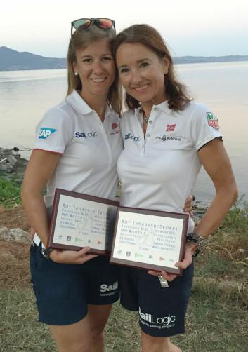 FORNØYDE: Gullet hadde de ikke mulighet til å vinnet, men Anette Melsom Myhre og Janett Krefting virkelig vant sølvmedaljene i Snipe-VM for damer.