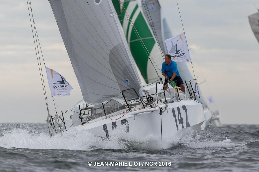 9. PLASS: Rune Aasberg (på fordekket) og Simen Løvgren henger godt med i Normandy Challenge Race.