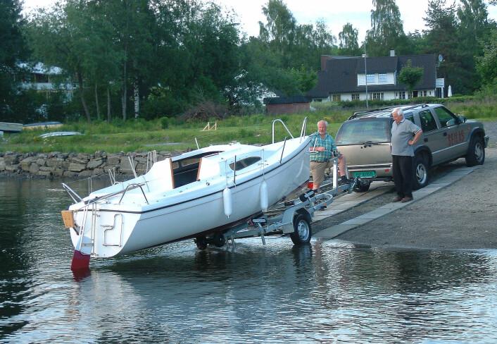 OPPLAG: Det går med en del kroner å få båten opp og ned av vannet hvert år. Alt du kan gjøre selv reduseres kostnadene.