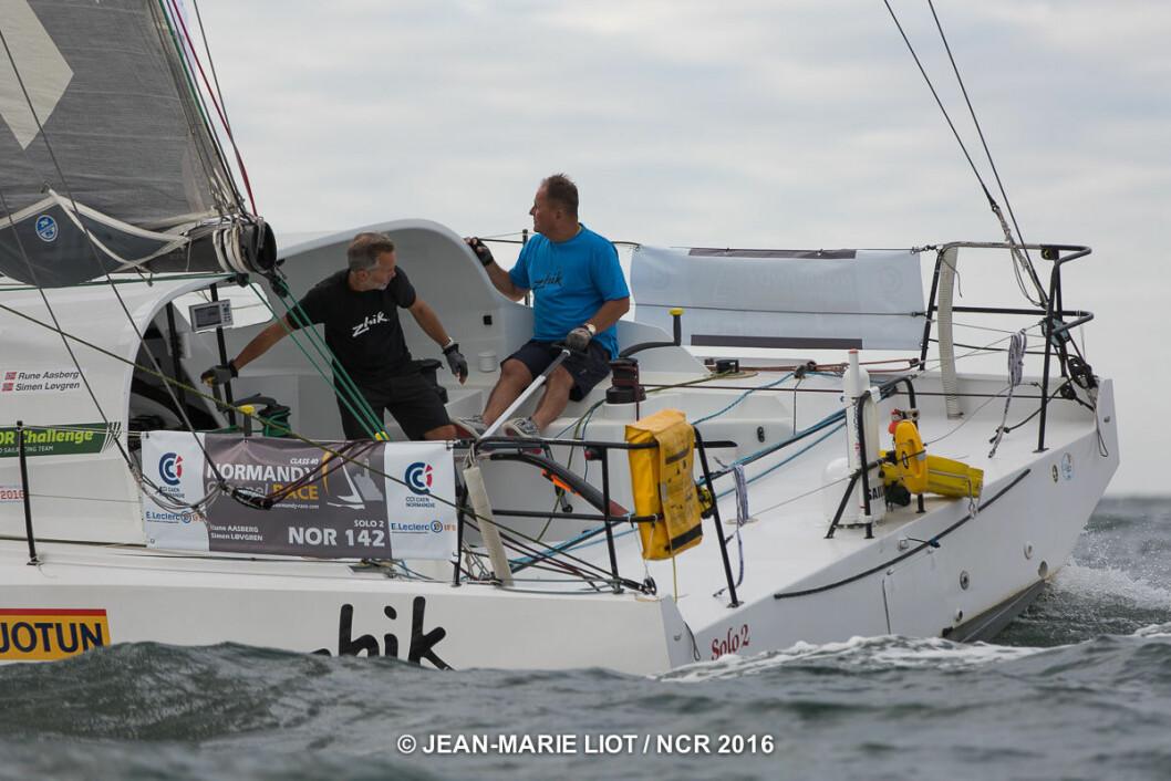SLUTT: Rune Aasberg og Simen Løvgren har måttet bryte Normandy Challenge Race etter at stagseilsfestet kom opp av dekk.