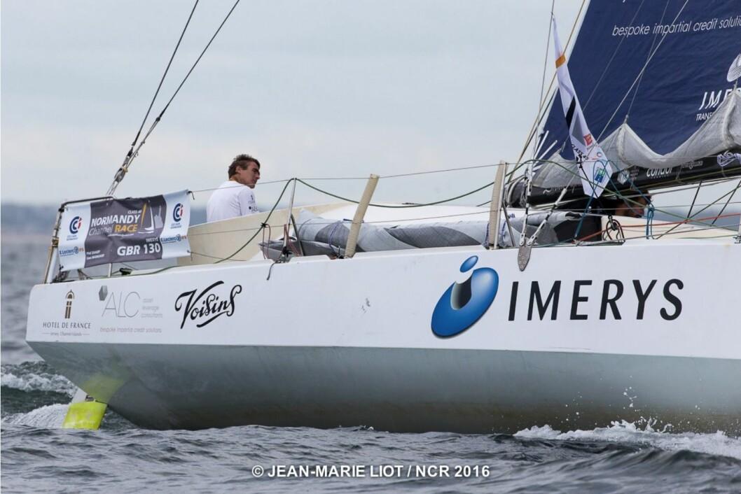 LEDER: Båten «Imerys» leder Normandy Challenge Race. Om bord seiler Phil Sharp og Sam Manuard, og det er Manuard selv som har tegnet båten, som er av typem Mach 40.