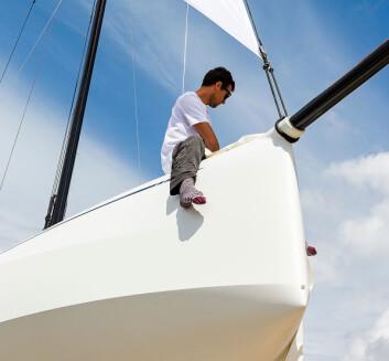 EKSTREM: Båten har en bunn som et seilbrett. Med lav vekt og mye seil skal det ikke noe til for å plane.