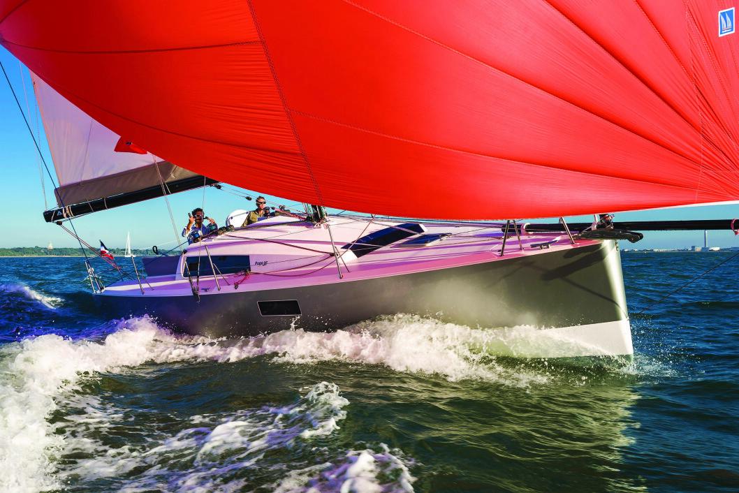 LETTDREVET: POGO 30 kan leveres med elmotor. Båten veier bare 2,8 tonn. Elmotoren gjør den enda lettere.