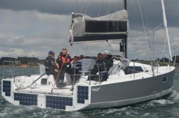 SOLCELLER: Båten har godt med solceller på hekken.