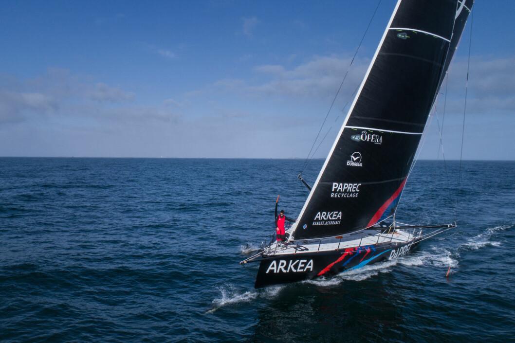 NY: Sébastien Simon er fersk i den krevende IMOCA-klassen. Nå leder han Bermuda 1000.