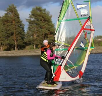 SOSIALT: Barn vil seile med andre. Tandembrett gjør det mulig for windsurfing også.