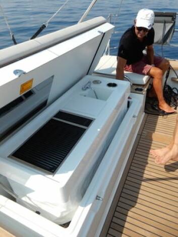 ELEKTRISK: Det er mye mekanikk og elektronikk i båtene. Oceanis Yacht 62 har en bysseseksjon i aktertofta som heves med en trykknapp.