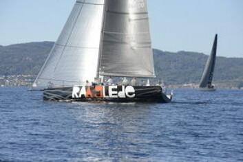 RULL: «Raa Glede» seilte med et ekstra stort forseil. Dette måtte rulles inn i hvert slag. Høyden var på linje med resten av feltet.