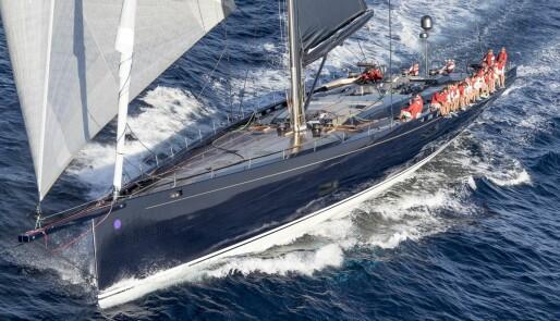 Superyacht tapt på havet
