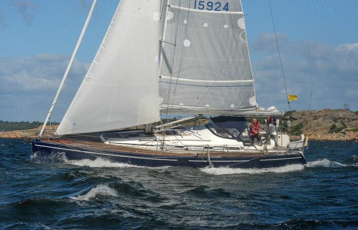 EGNET: Christer Lie seiler en Arcona 430 med kutterseil på rull. Det gjør det mulig å redusere seilføringen uten å gå på dekk.