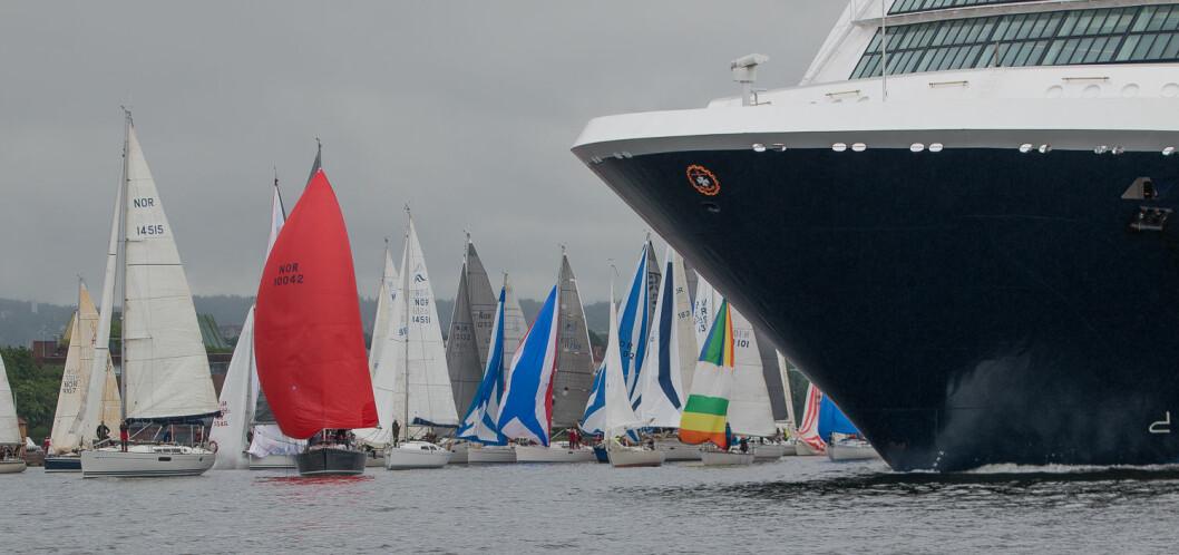 SPINNAKER: Alle båter trenger mye duk i lett vind på lens. Klassen uten spinnaker er for seilere som ikke er komfortabel med slike seil.