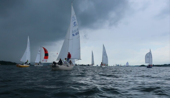 REGN: Med byger kommer det vind. Det ga et effektivt dytt for båtene som startet tidlig.