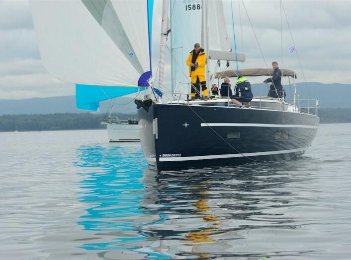STØRRE: Bavaria C50 har ikke klart å utnytte vinden like godt som lillesøsteren.