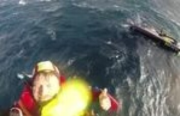 DRAMA: Alex Thomson blir hentet opp fra«Hugo Boss». Han lå og sov, men bråvåknet av at båten lå med kjølen i været.