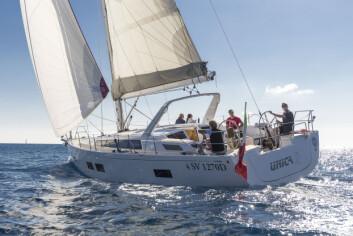 STIL: Grand Soleil 46 LC er elegant og praktisk. Targabøylen kan diskuteres, men det er en fornuftig løsning. Resten av båten får høyeste stilkarakter.