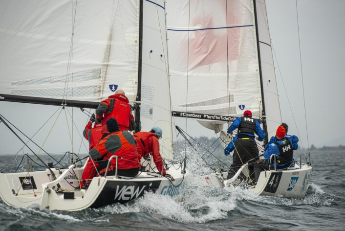 JAGER: Ligger du klart aktenom kan du styre båten på den kursen du ønsker, men har du etablert overlapp aktenifra til le for en båt foran, kan du ikke seile høyere enn riktig kurs.