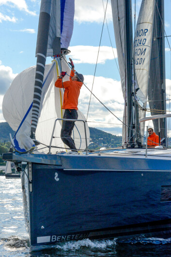 NY BÅT: Elling Rishoff og sønnen Øyvind var ikke blitt helt fortrolige med nye «Gode venner» (Oceanis 51.1 First Line), under Oslofjorden Rundt. De kom sist i sin klasse.