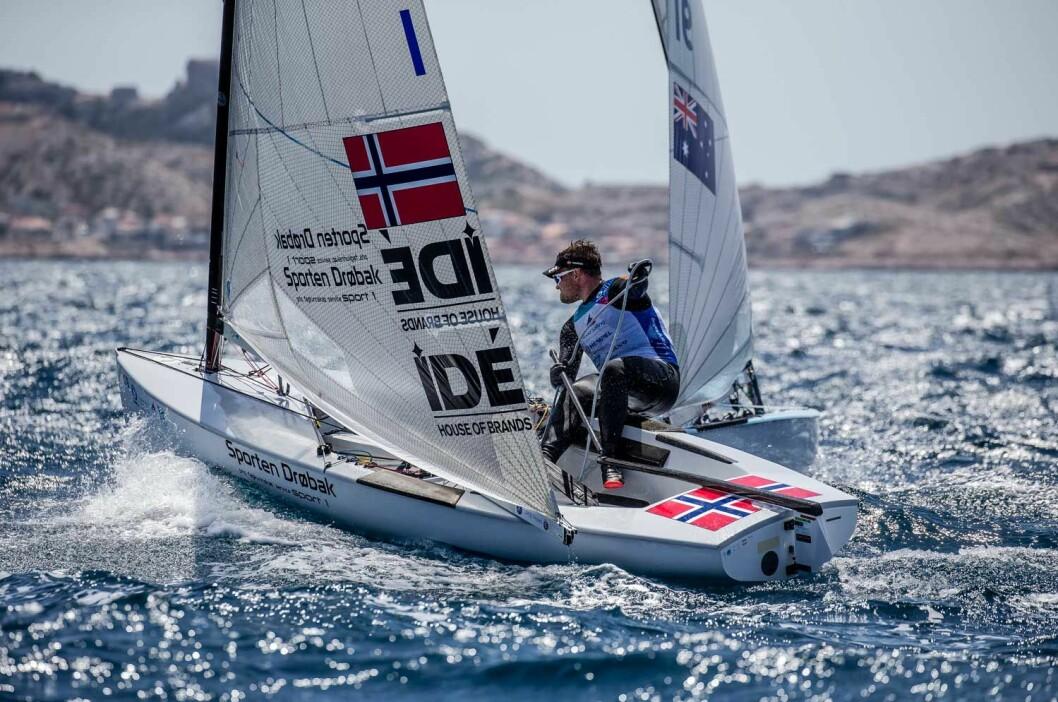 MOT OL: Anders Pedersen sikret norsk kvoteplass i Finnjolle i OL. Nå starter oppgaven for de norske seilerne med å oppnå gode nok internasjonale resultater til å kunne bli uttatt til OL.