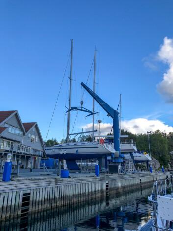 KRAN: Følg anvisningene til kranføreren når du er med på opptak og utsett av båter i Askøy Seilforening.