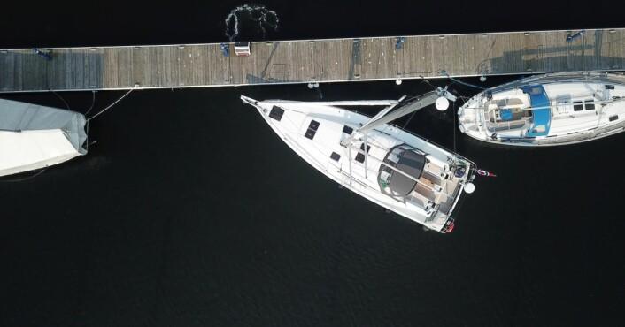 MANØVRERING: Stadig flere båter får doble ror, og det skaper utfordringer i havn. Vi gir deg tips om hvordan du skal manøvrere, med og uten baugpropell.