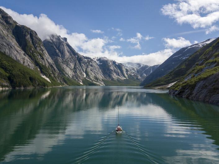DRONE: «Simetra» i Nordfjord med Svartisen i bakgrunn.