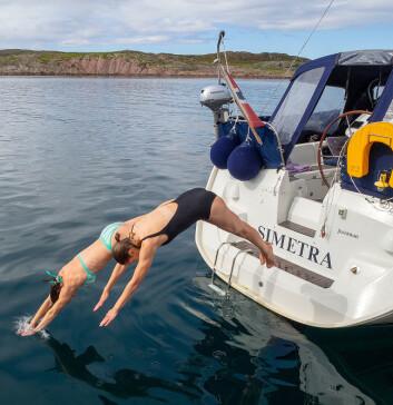 STUP: Marianne og Kristin bader på Myken.