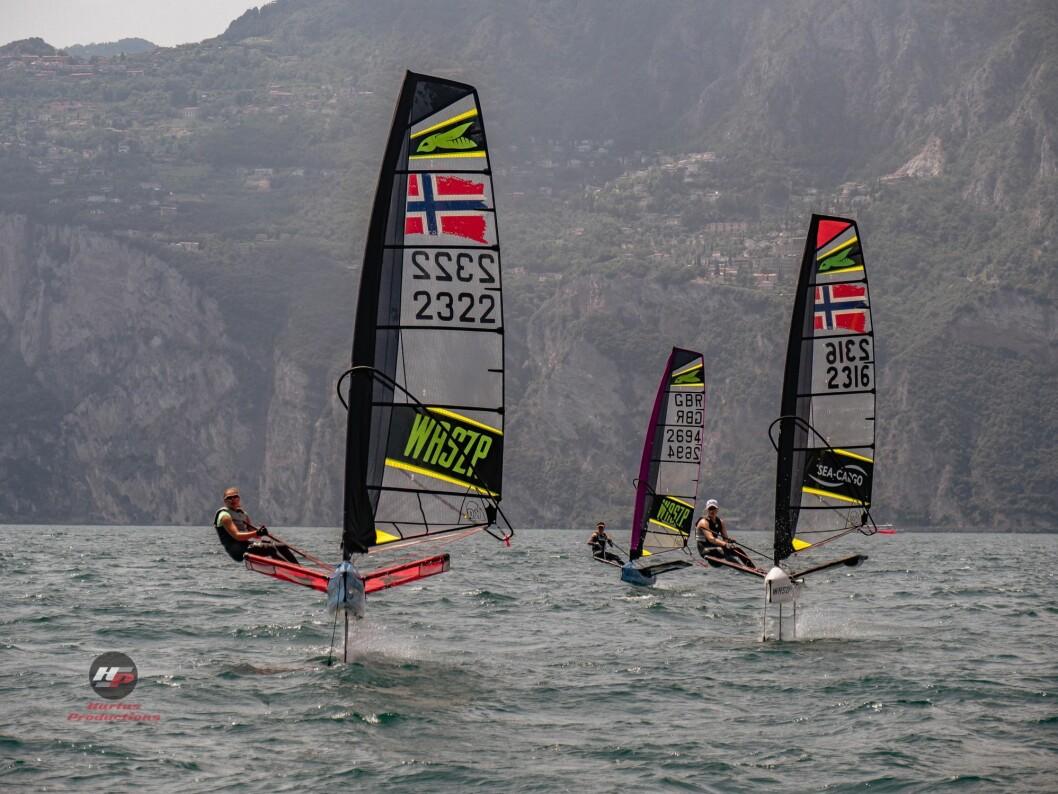 17 NORSKE SEILERE: Norske flagg gjør seg godt bemerket under EM i Waszp der kun England har med flere seilere enn Norge.