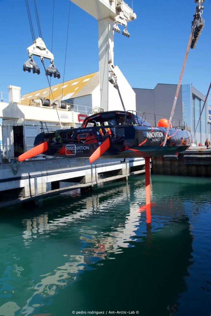 RASK: Rekordbåten er bygget som en IMOC med vippekjøl, og doble ror som kan vippes opp. Også cockpit og rigg har mye til felles med IMOCA-båtene.