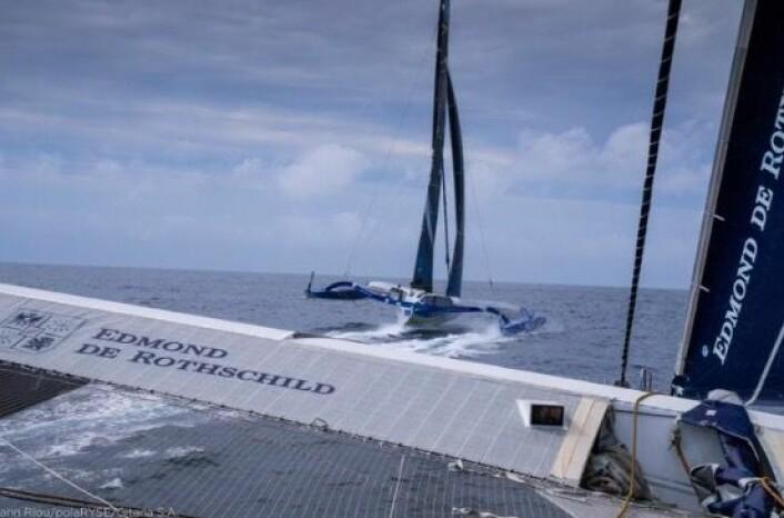 FOILER: «Macif» har seilt raskere enn «Maxi Edmond De Rothschild» etter runding av Fastnet Rock. Begge foiler, som løfter skrogene ut av vannet.