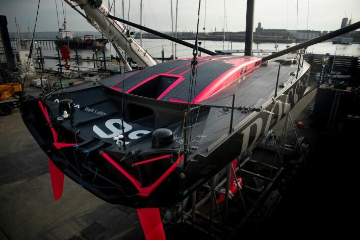 RENT: Den nye båten til Alex Thomson har ingen cockpit. Seilingen skal foregå innendørs. Det vil også påvirke seil og dekksutstyr.