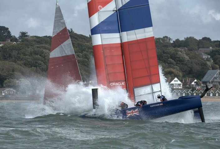 KREFTER: Storbritannia fikk en bråstopp som skadet båten på siste strekk i første seilas.